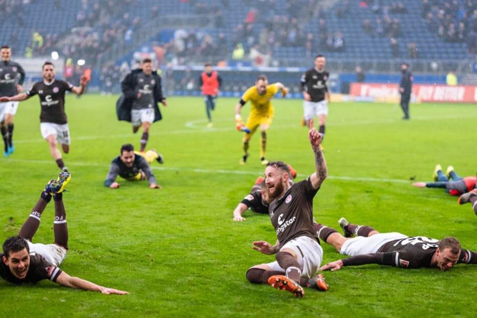 Marvin Knoll und die anderen St.Pauli Spieler freuen sich über den Derbysieg im Volksparkstadion.