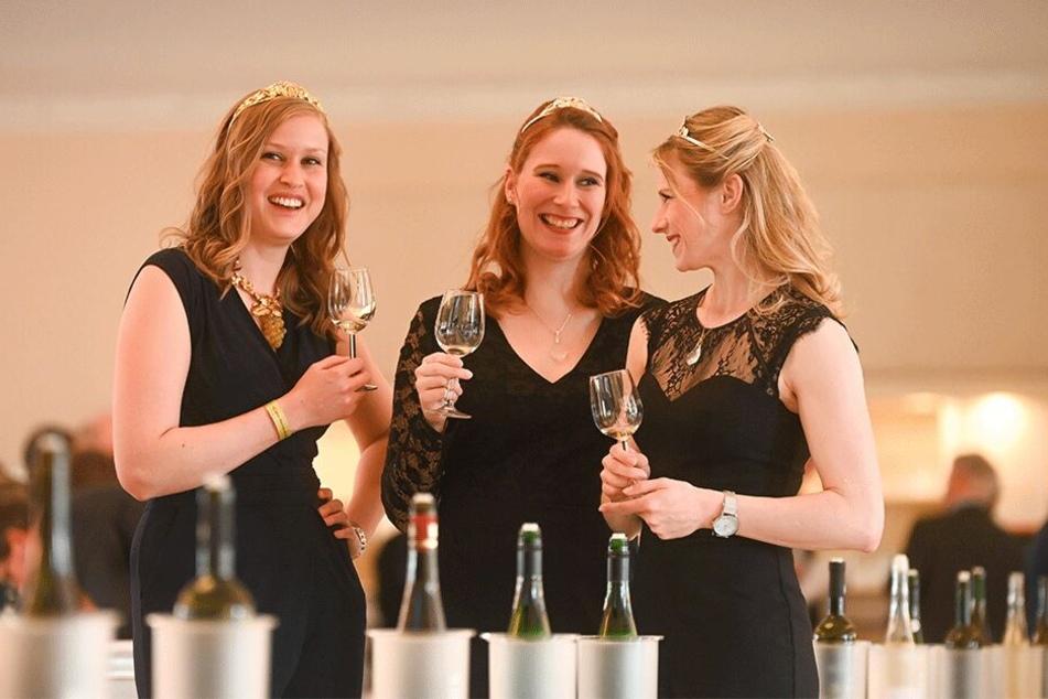 Sachsens Weinhoheiten Lisa Leinemann (27, v.l.), Ann-Katrin Schatzl (28) und Katrin Hecht (28) hatten zur Jungweinprobe sichtlich Spaß.
