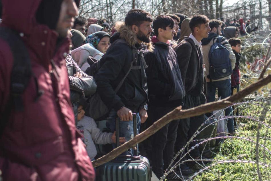 Migranten warten nach ihrer Ankunft am bereits geschlossenen türkisch-griechischen Grenzübergang Parzakule. An dem türkisch-griechischen Grenzübergang sind tausende weitere Flüchtlinge mit dem Ziel EU eingetroffen.