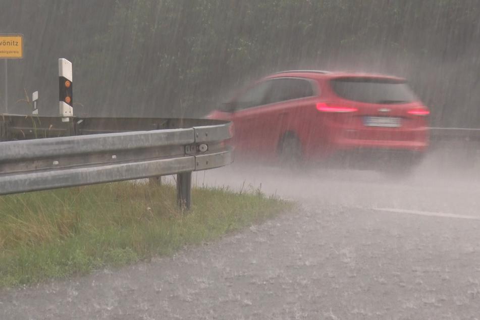 Starkregen sorgt im Erzgebirge für erste Überschwemmungen.
