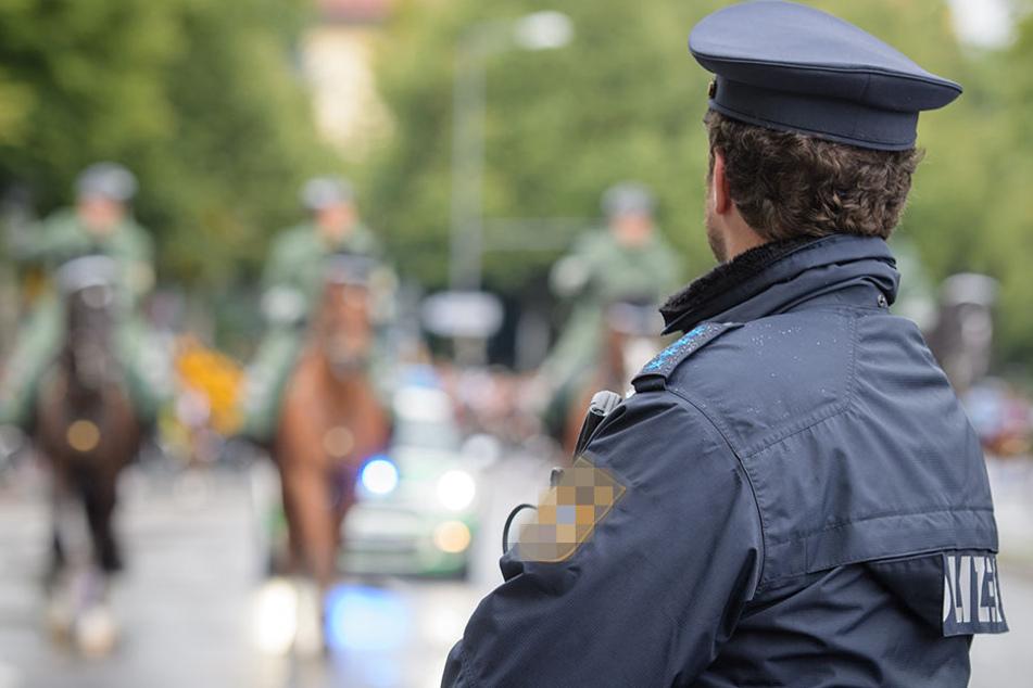 Ein falscher Polizist hat eine 80-jährige Frau in Klinga bei Leipzig um Tausende Euro gebracht. (Symbolbild)