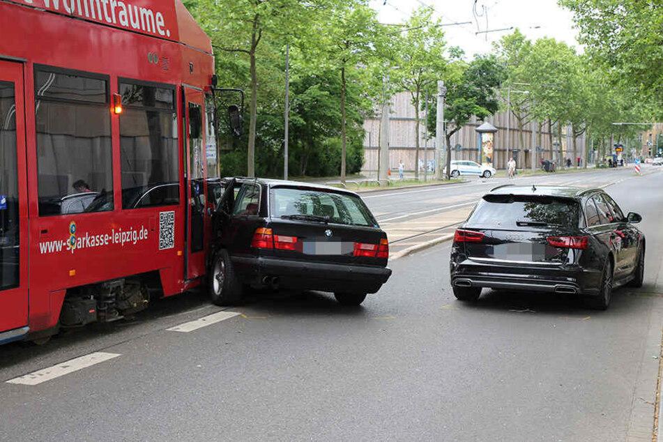 Der BMW wurde bei dem Zusammenstoß stark beschädigt.