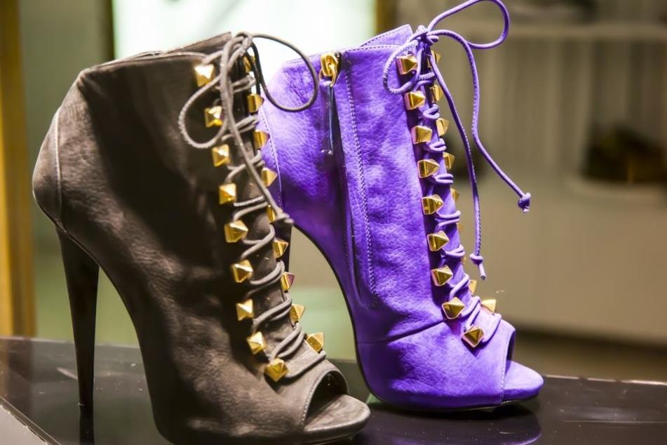 Der 2018 angesagte Trenchcoat kombiniert sich am besten mit schicken High Heels.