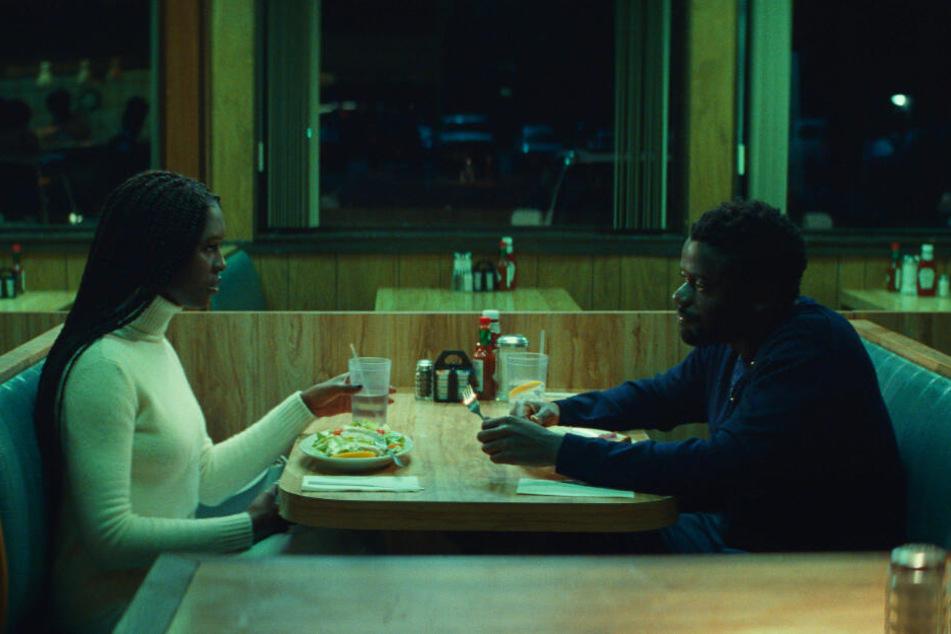 Queen (l., Jodie Turner-Smith) und Slim (Daniel Kaluuya) haben ihr erstes Date in einem Diner.