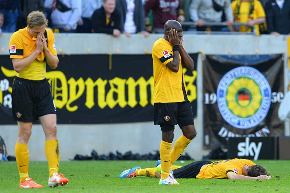 Am Boden zerstört. Marco Hartmann (v.l.), Mickael Poté und Robert Koch trauerten 2014 nach der Niederlage gegen Bielefeld, die den direkten Abstieg in die 3. Liga bedeutete.