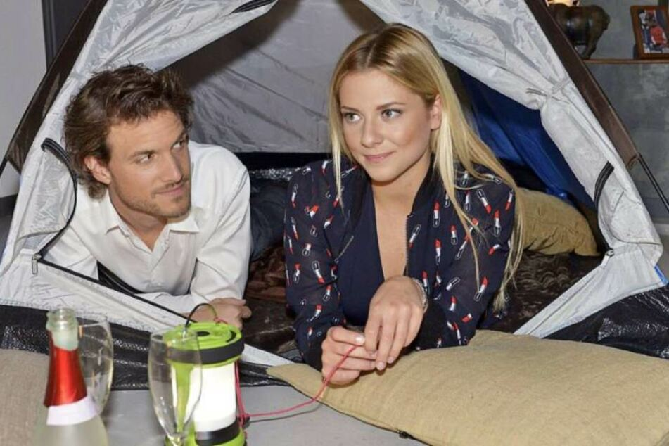 Sunny (Valentina Pahde, 22) und ihr Bräutigam Felix (Thaddäus Meilinger, 35).