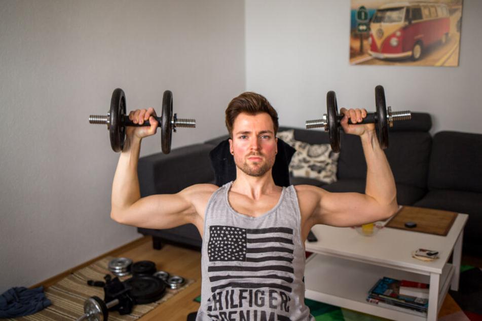"""Ins Fitnessstudio geht """"Mister Sachsen"""" nicht. Zuhause hat er eine Hantelbank. Am liebsten trainiert er jedoch mit seinem eigenen Körpergewicht."""
