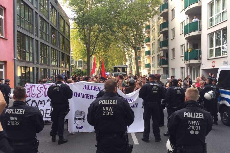 Mit einer Demonstration sorgen Kölner Aktivisten wieder für Aufsehen.