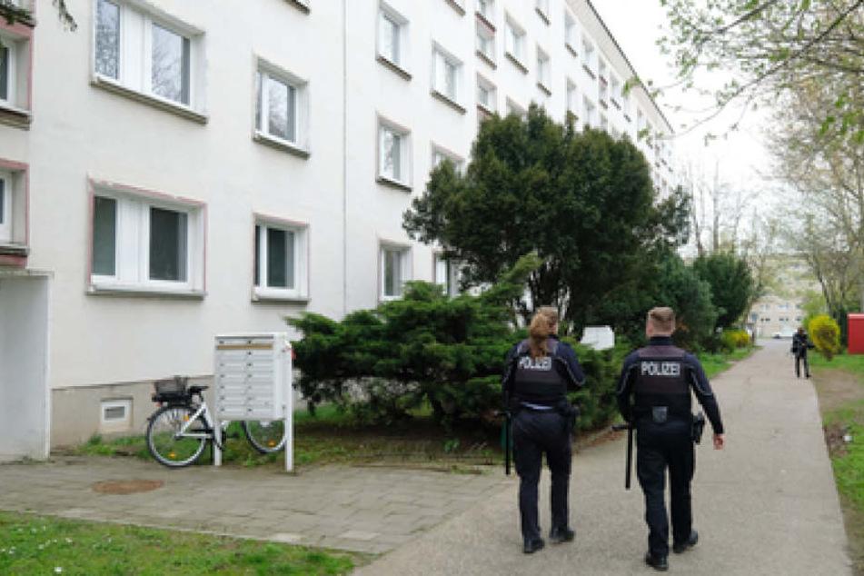 Polizisten sammelten auch am Sonntag Beweise und Spuren rund um den Tatort in Staßfurt.