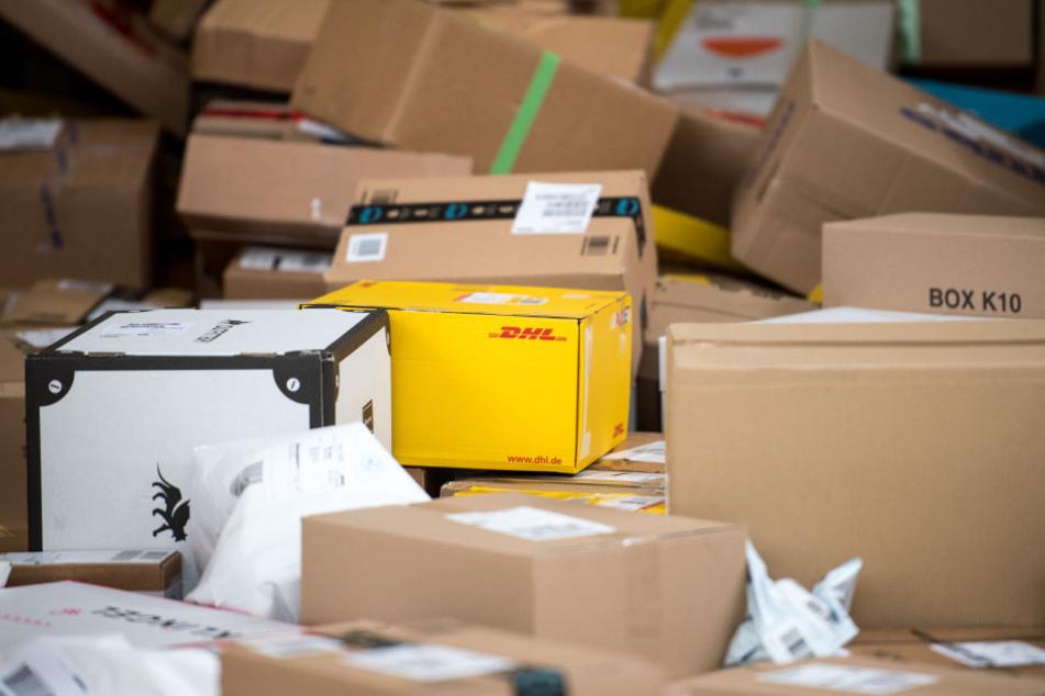 Ein DHL-Bote versteckte seine Lieferung an einem etwas ungewöhnlichen Ort. (Symbolbild)