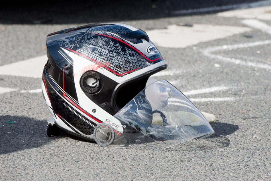 Der Motorradfahrer verstarb noch an der Unfallstelle. (Symbolbild)