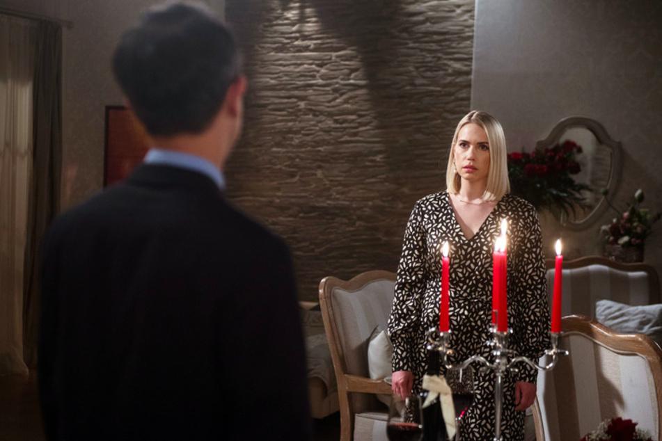 """Amelie (Lara-Isabelle Rentinck r) mit Carsten Witte (Alexander Jaschik, l) - eine Szene aus """"Rote Rosen"""", Folge 3132."""