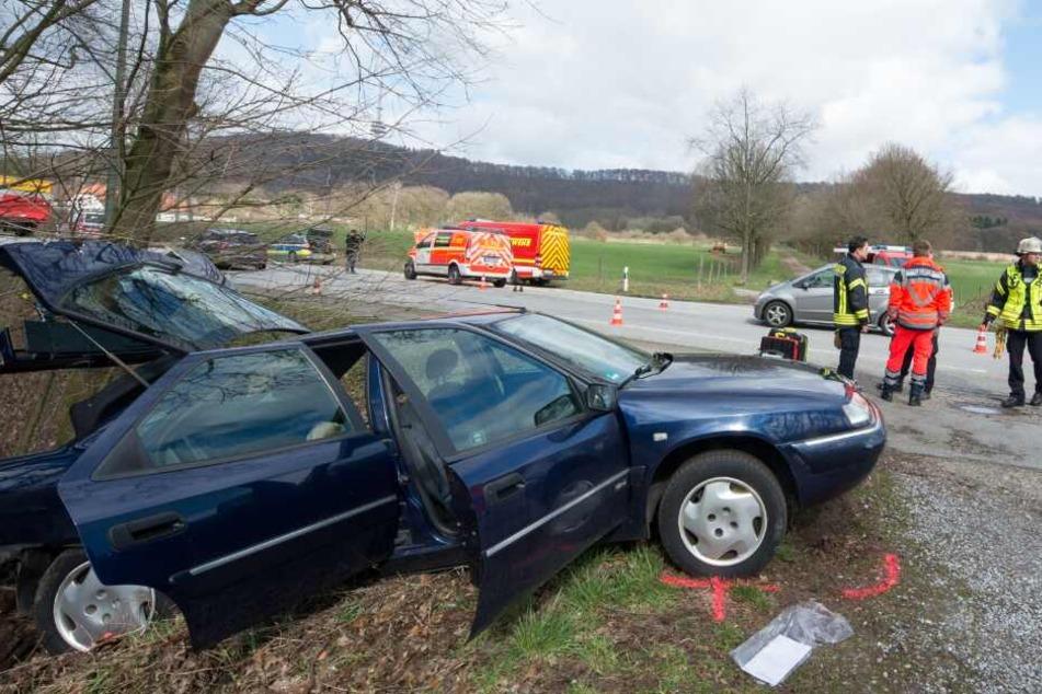 Auf dem Weg zum Einsatz: Notarzt-Wagen kracht in anderes Auto
