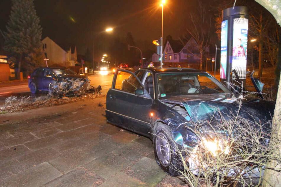 Das Fluchtfahrzeug landete am Baum, der SUV steht schwer beschädigt auf der Straße.