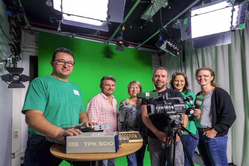 Dauerfunker im Auftrag von 85.000 Zuschauern: Das TV-Team mit Geschäftsführer Frank Langer (41), Moderator Tobias Körner (46), Buchhalterin Regine Weißgerber (59), Kameramann Sebastian Eberlein (36), Moderatorin Nancy Melzer (35) und Redakteurin Nicole Fu