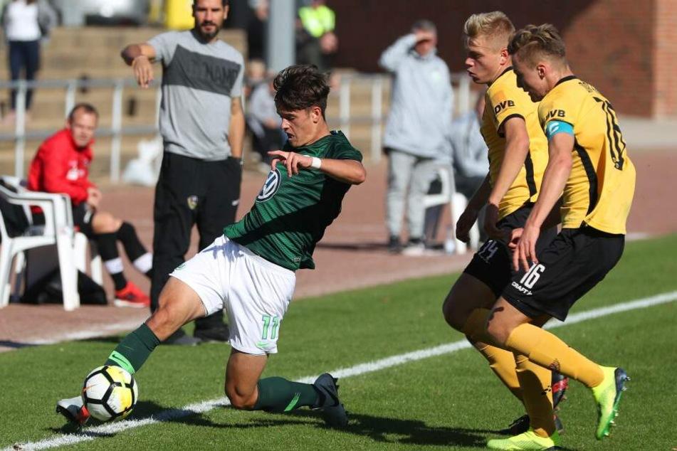 Trainer Cristian Fiel (hinten-links) bestimmte Ricardo Michael (r.) im Sommer 2018 zum Kapitän der U17 von Dynamo Dresden.