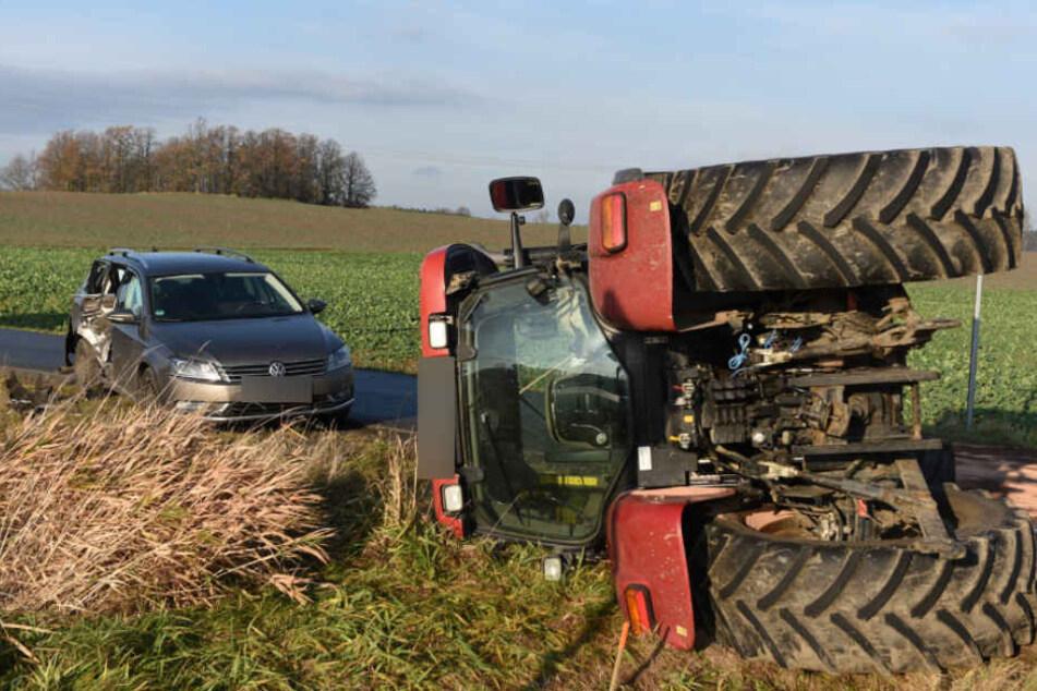 Nach dem Zusammenstoß kippte der Traktor auf die Seite.