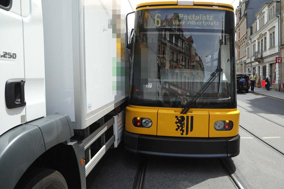 Lkw kracht am Schillerplatz mit Straßenbahn zusammen