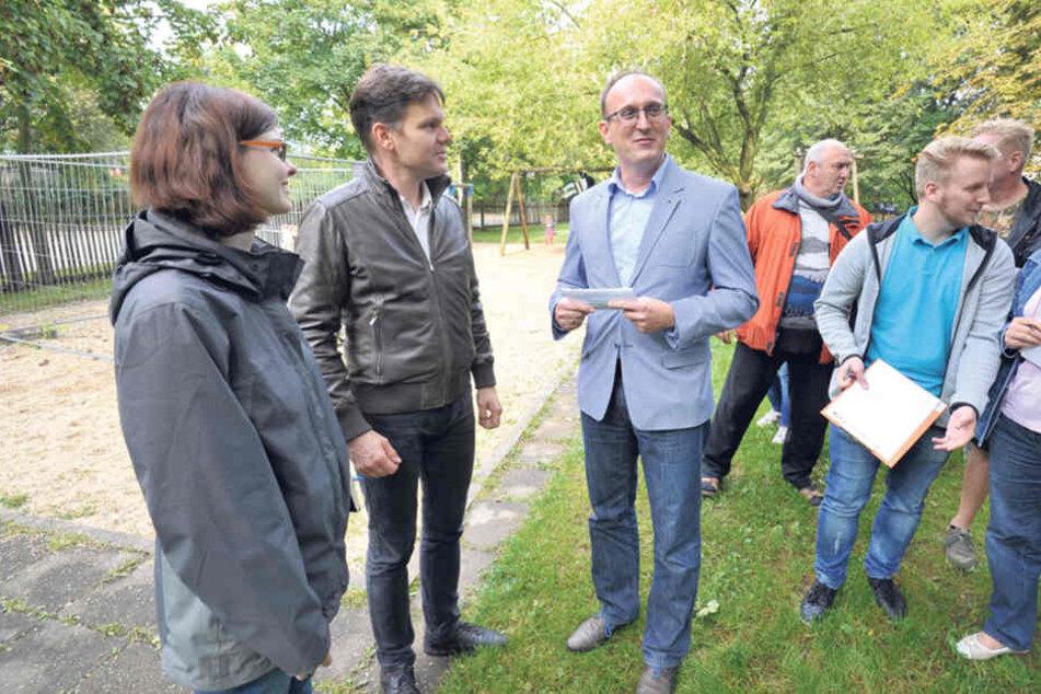 Grünflächen-Amtsleiter Peter Börner (45,2.v.l.) stellte sich den Fragen von  Stadträten und Anwohnern.