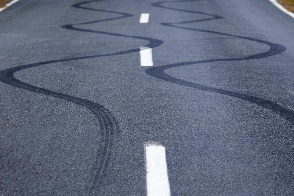 Der Mann fuhr mit seinem Laster in extremen Schlangenlinien über die Autobahn (Symbolbild)