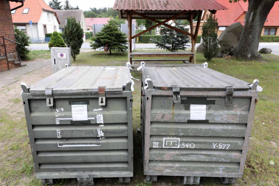 Auf dem Gelände der Freiwilligen Feuerwehr stehen Container der Bundeswehr, in die Bürger Fundstücke nach dem Eurofighter-Unglück legen sollen.