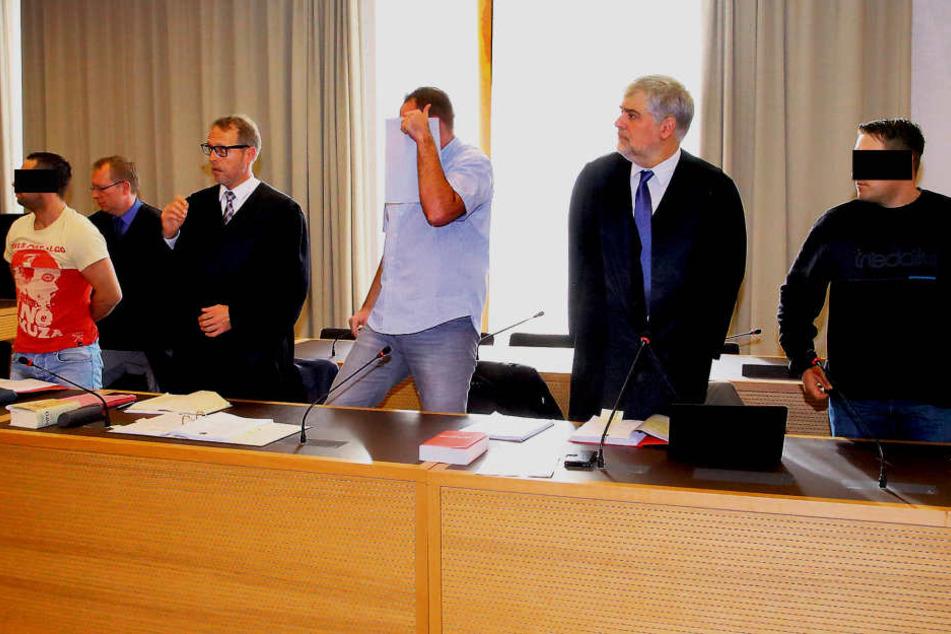 Manuel M. (35, ganz links), Torsten S. (35, Mitte) und Peter J. (34) müssen  sich im Landgericht verantworten.