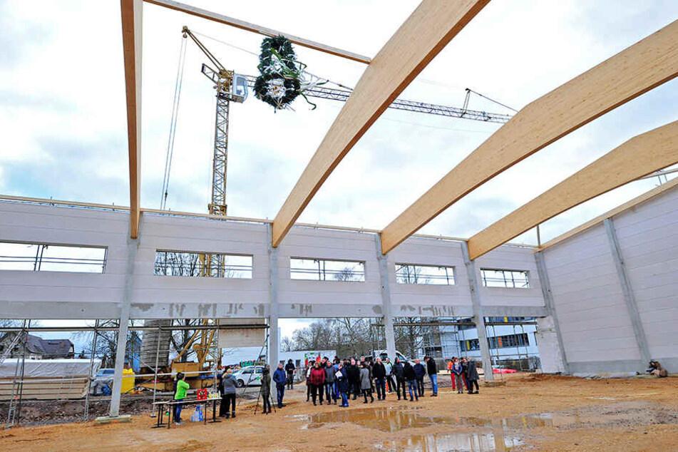 Die Turnhalle nimmt Gestalt an: Bis 2020 soll das Gebäude fertig sein.