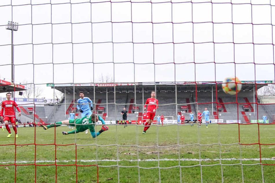 Philipp Hosiner (h.) hat seine Torgefährlichkeit nicht eingebüßt, überwindet hier Cottbus-Keeper Toni Stahl zum 1:1-Ausgleich.