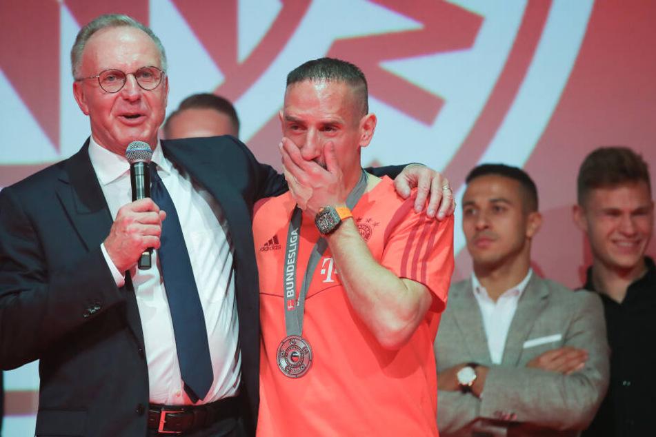 Franck Ribery von Bayern München steht mit Karl-Heinz Rummenigge (l), Vorstandsvorsitzender der FC Bayern München AG, auf der Bühne bei einer Klub-internen Meisterfeier am Nockerberg.