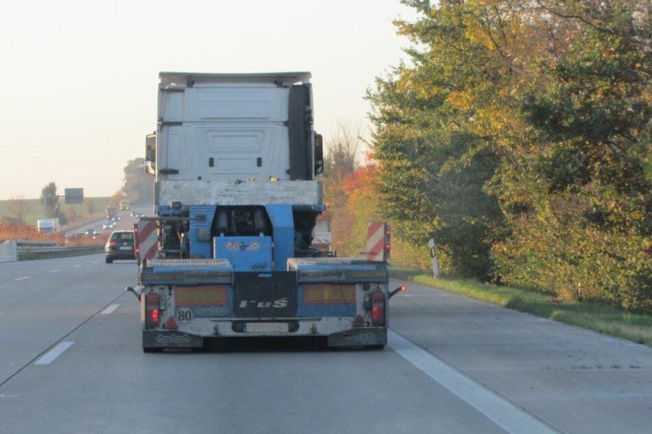 Der Auflieger des Lkw lief während der Fahrt auf der A9 aus der Spur.