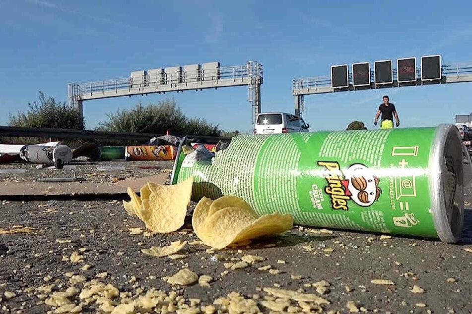 Die Ladung: Chips verteilten sich auf der Autobahn.