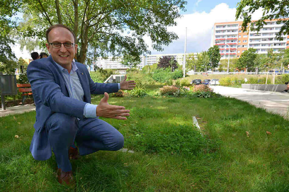 Jörg Vieweg (48) vom Bürgerverein Helbersdorf zeigt, wo das Kunstobjekt in Helbersdorf seinen Platz erhalten soll.