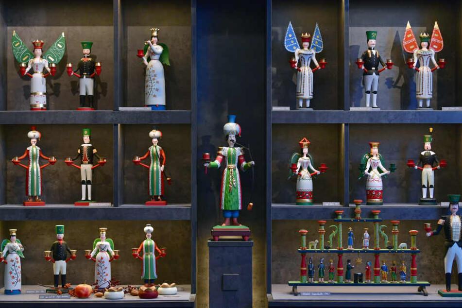 """Figuren aus dem Repertoire von Gunnar Horatzscheck stehen in dessen Laden in Annaberg-Buchholz. Die Gestaltung der Engel, Bergmänner oder """"Lichtertürken"""" des Drechslermeisters beruht auf Mustern aus der Mitte des 19. Jahrhunderts."""