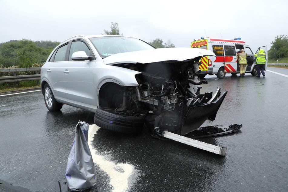 Der Audi Q3 ist ersten Informationen nach aufgrund des starken Regens ins Schleudern geraten.