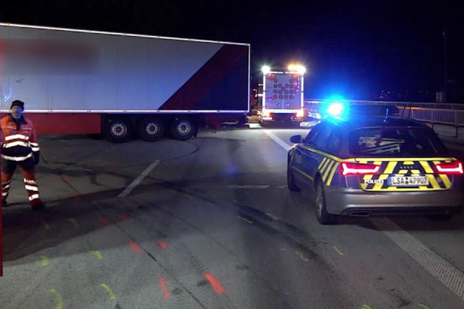 Stundenlange Vollsperrung nach schwerem Crash mit drei Lastwagen