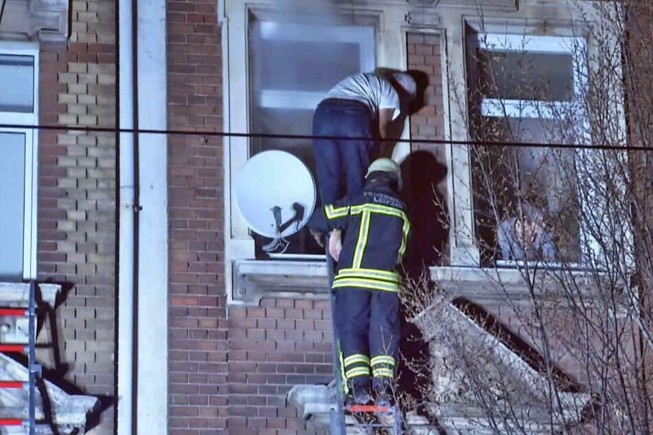 Teilweise barfuß wurden die Bewohner des Mehrfamilienhauses in der Eisenbahnstraße in der Nacht zum 26. November 2018 gerettet.