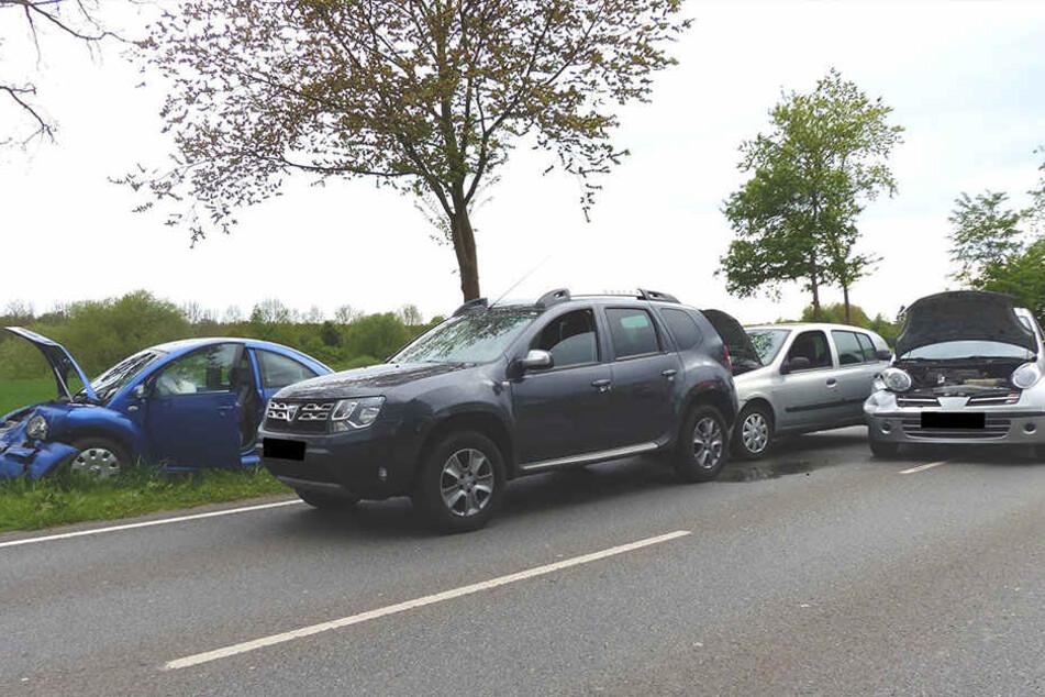 Vier Autos wurden bei dem Auffahrunfall beschädigt und zwei Fahrer verletzt.