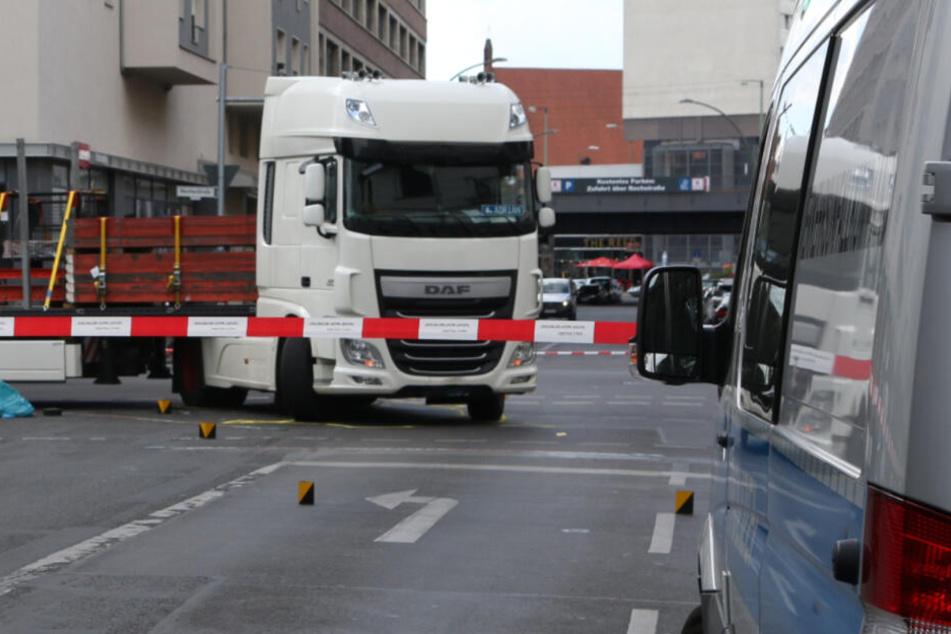 Beim Rechtsabbiegen erfasste der LKW die Radfahrerin.