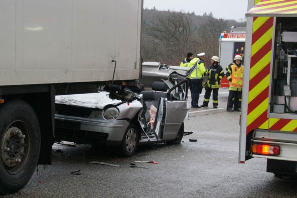 Ein Auto ist unter einen Lkw gekommen.