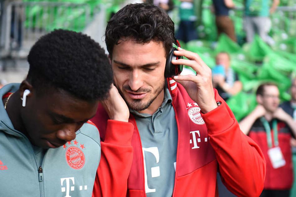Ab sofort tauscht Mats Hummels die Kopfhörer gegen ein Mikrofon. Ob ihm Ex-Teamkollege Alphonso Davies (li.) auch zuhören wird?