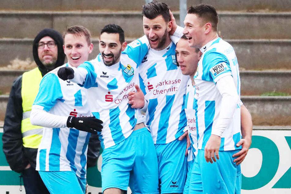 Jubel über seinen Treffer zum zwischenzeitlichen 3:1 in Fürstenwalde: Dejan Bozic (M.) wird von seinen Mannschaftskameraden beglückwünscht.
