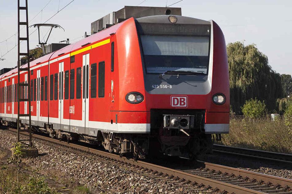 Ein betrunkener Mann hat sich bewusst von einer Regionalbahn in Karlsfeld überrollen lassen. (Symbolbild)