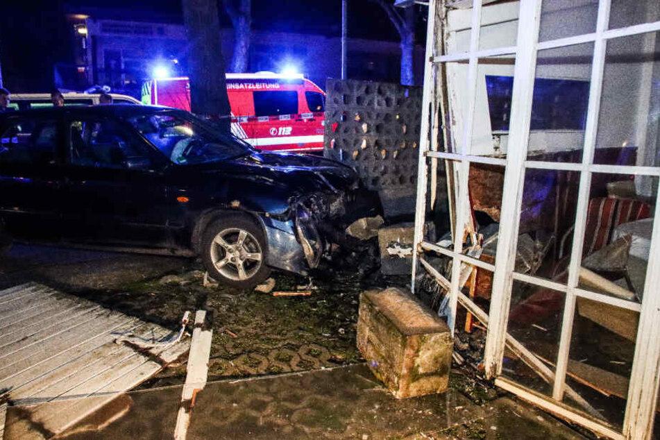 Gas mit Bremse verwechselt: Frau rast in asiatisches Restaurant – drei Verletzte!