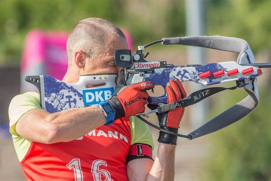 Erik Lesser am Schießstand mit seiner neuen Waffe. Dort ist jetzt das  lila-weiße Logo des Kumpelvereins zu sehen.