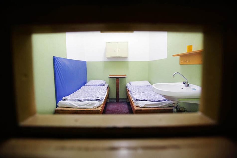 In einer Zelle wie dieser sitzt auch der Protagonist des Hörspiels.