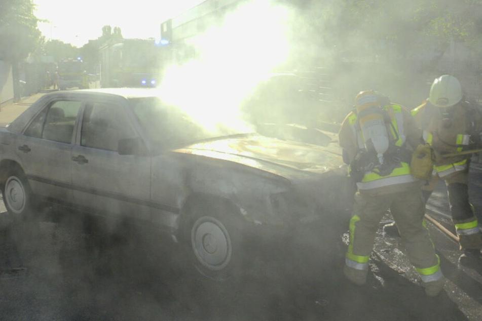 Auto in Monheim abgebrannt, Feuerwehr verhindert Schlimmeres