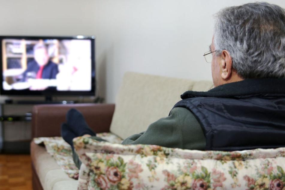 Opa schaut seelenruhig fern, während Einbrecher alles durchwühlt