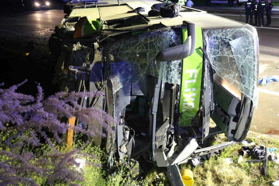 Tödliches Flixbus-Drama auf der A9: Fahrer wohl am Steuer eingeschlafen