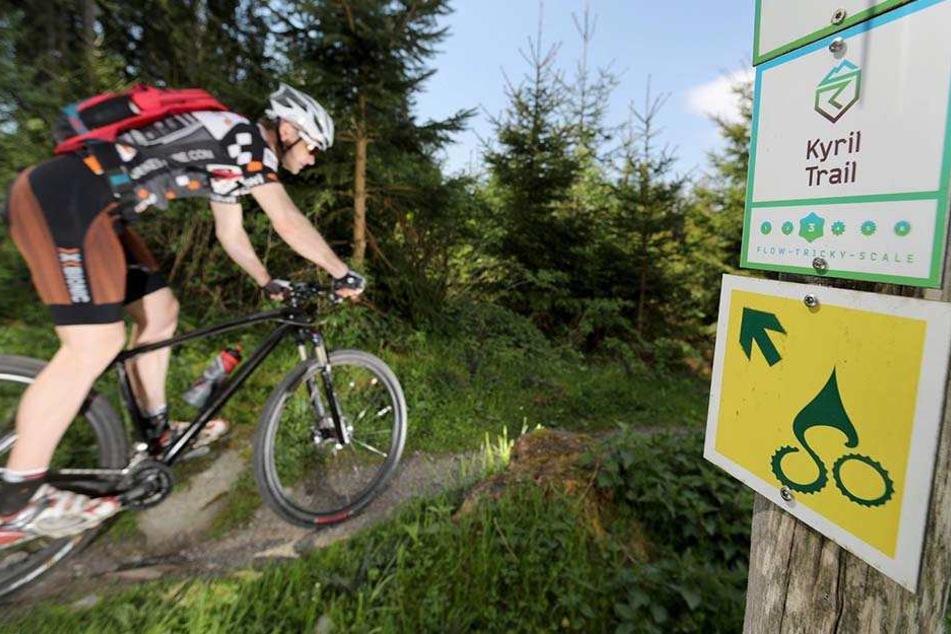 """Wegwart Kirsten Riedel (44) schaut  auf dem """"Stoneman Miriquidi"""" nach dem Rechten. Die Mountainbike-Strecke verbucht  einen neuen Radler-Rekord."""