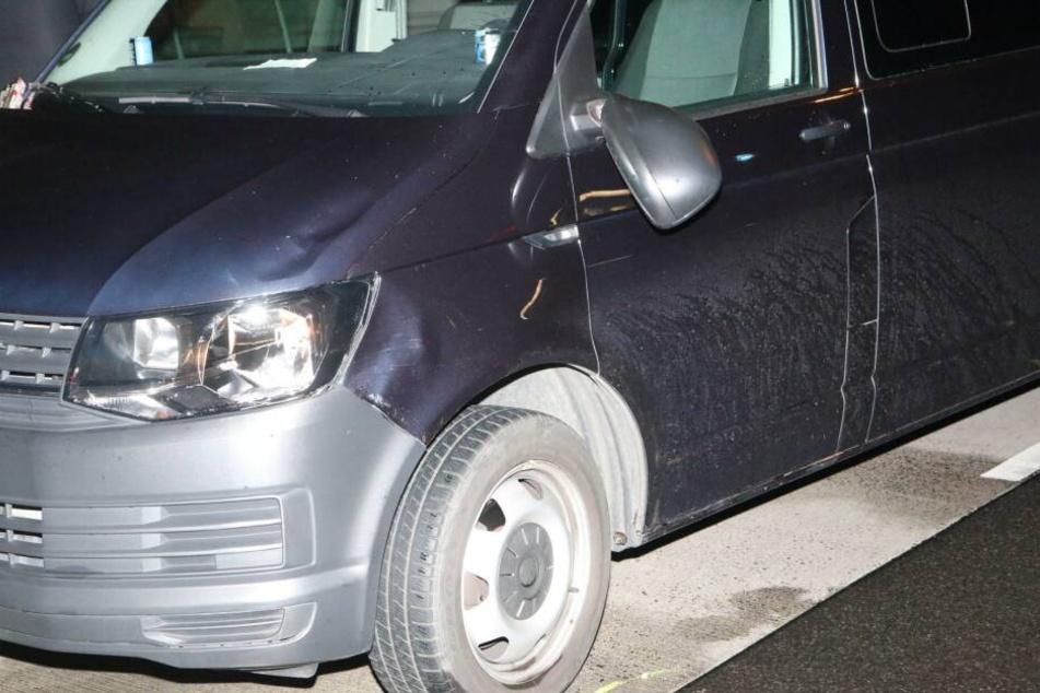 Ein ziviler VW Bus der Polizei soll am Mittwochabend eine Frau erfasst haben.
